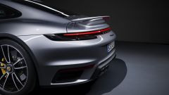 Porsche 911 Turbo S 2020, lo spoiler posteriore a riposo