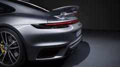 Porsche 911 Turbo S 2020, lo spoiler posteriore in posizione di massimo carico aerodinamico