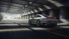 Porsche 911 Turbo S 2020, vista 3/4 posteriore