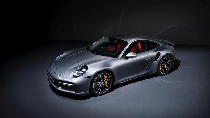 Porsche 911 Turbo S 2020: visuale di 3/4 anteriore