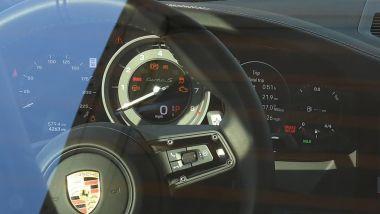 Porsche 911 Turbo S Coupé 2020: una foto dell'abitacolo con il tachimetro scalato in miglia orarie