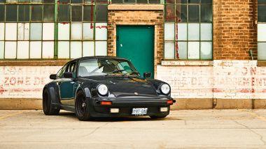 Porsche 930 Turbo: fianchi larghi e alettone enorme