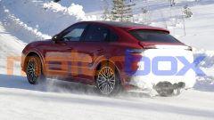 Porsche Cayenne Coupé GTS: la neve alzatasi copre il posteriore, ma non gli enormi terminali di scarico