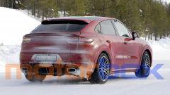 Porsche Cayenne Coupé GTS: la vista posteriore mostra due grandi scarichi ovali in posizione centrale
