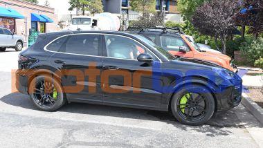 Porsche Cayenne Turbo S E-Hybrid 2022: visuale laterale