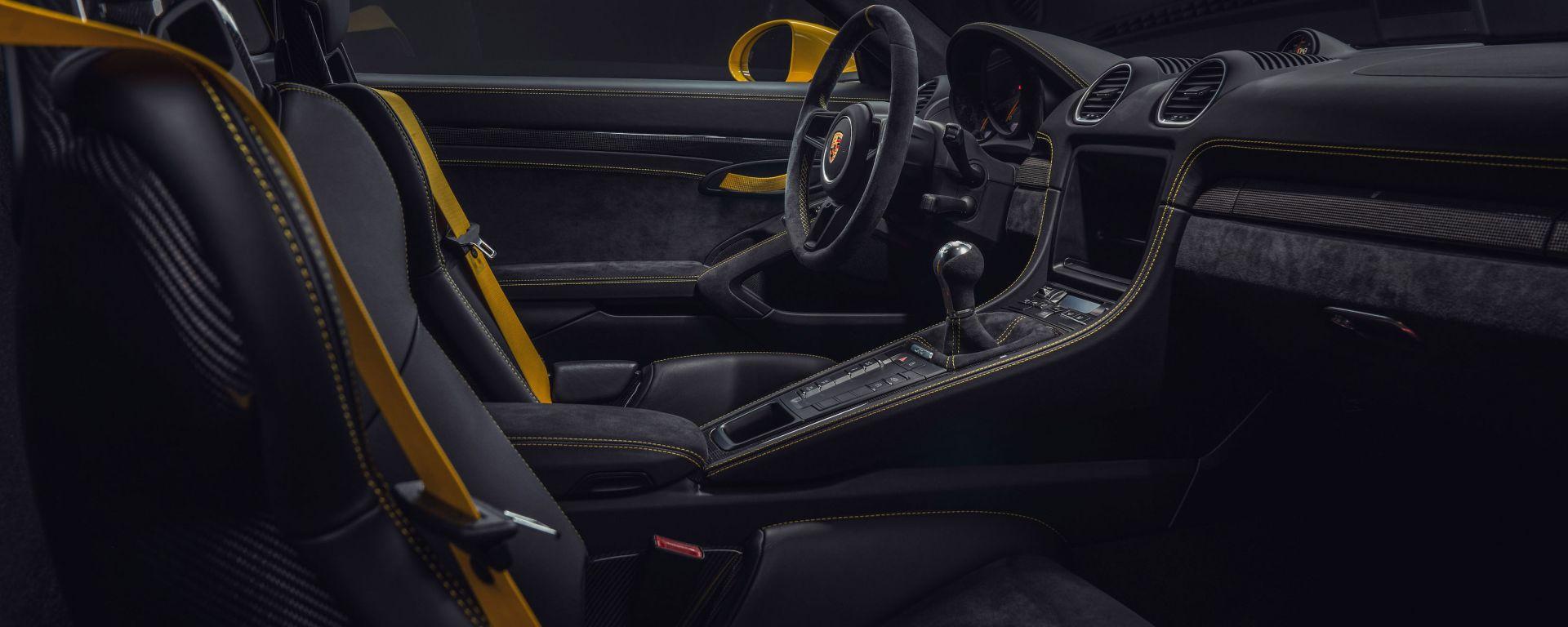 Porsche Cayman 718 GT4 gli interni
