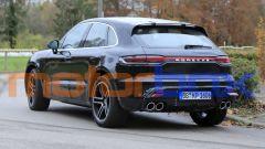 Porsche Macan 2021: visuale di 3/4 posteriore