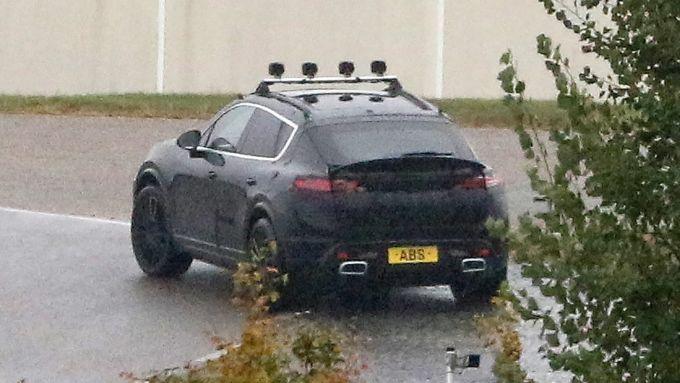 Porsche Macan EV: dalla coda spunta uno spoiler attivo per migliorare l'aerodinamica