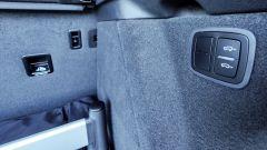 Porsche Macan Turbo 2020, bagagliaio: i pulsanti per regolare l'altezza della soglia di carico