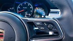 Porsche Macan Turbo 2020, comandi al volante, razza destra