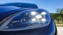 Porsche Macan Turbo 2020, dettaglio del gruppo ottico anteriore