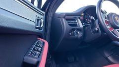 Porsche Macan Turbo 2020, dettaglio del pannello porta lato guida