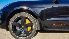 Porsche Macan Turbo 2020, dettaglio della pinza freno gialla