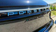 Porsche Macan Turbo 2020, il marchio sul portellone