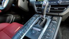 Porsche Macan Turbo 2020, la console è piena di pulsanti