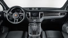 Porsche Macan Turbo Performance Package: ha interni in pelle nera, con rivestimenti in Alcantara e modanature in carbonio