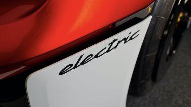 Porsche Mission R: la scritta electric ai lati del frontale