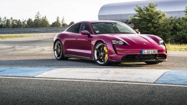 Porsche Taycan 2022: visuale di 3/4 anteriore