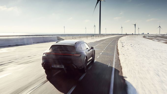 Porsche Taycan Cross Turismo: impegnata durante i test