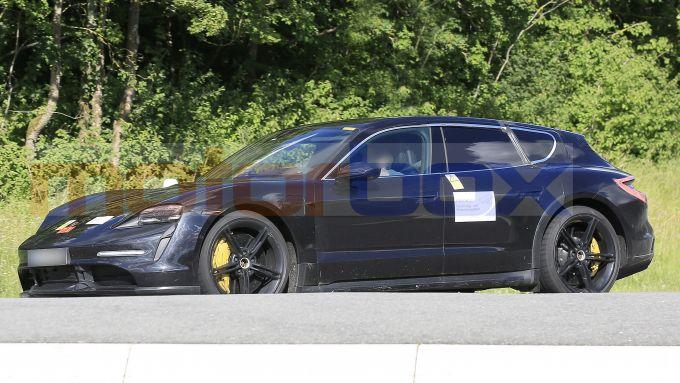 Porsche Taycan Cross Turismo, la fiancata