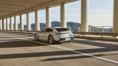 Porsche Taycan Cross Turismo: visuale di 3/4 posteriore