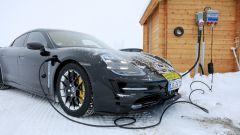 """Porsche Taycan, nuove foto spia. Eccola mentre fa """"benzina"""" - Immagine: 2"""