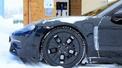 """Porsche Taycan, nuove foto spia. Eccola mentre fa """"benzina"""" - Immagine: 3"""