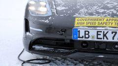 """Porsche Taycan, nuove foto spia. Eccola mentre fa """"benzina"""" - Immagine: 4"""