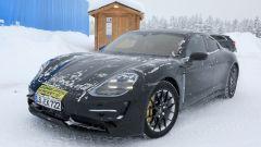 """Porsche Taycan, nuove foto spia. Eccola mentre fa """"benzina"""" - Immagine: 6"""