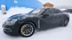 """Porsche Taycan, nuove foto spia. Eccola mentre fa """"benzina"""" - Immagine: 7"""