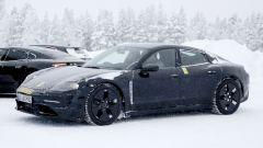 """Porsche Taycan, nuove foto spia. Eccola mentre fa """"benzina"""" - Immagine: 9"""