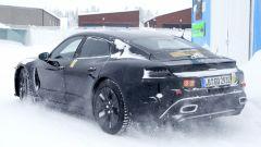 """Porsche Taycan, nuove foto spia. Eccola mentre fa """"benzina"""" - Immagine: 10"""
