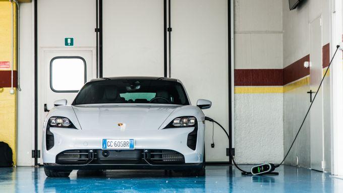 Porsche Taycan Turbno S: ricarica dalla presa di rete? Molto meglio una colonnina fastcharger