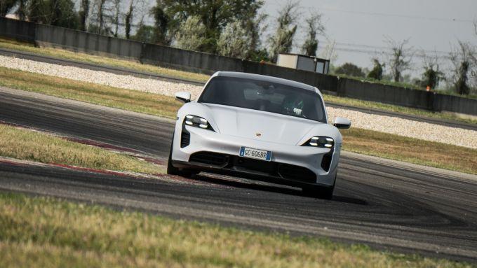 Porsche Taycan Turbo S: confortevole e veloce su strada, impegnativa in pista