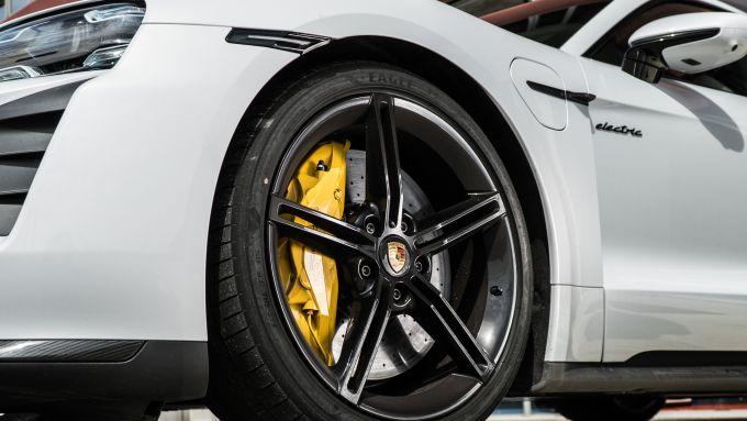 Porsche Taycan Turbo S: freni carboceramici per il massimo delle prestazioni