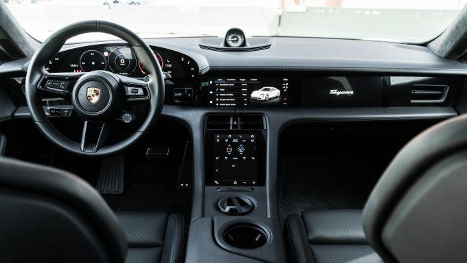 Porsche Taycan Turbo S: l'abitacolo con la batteria dei display anteriori