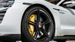 Porsche Taycan Turbo S: un dettaglio dei freni carboceramici