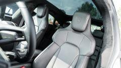 Porsche Taycan Turbo S vs Panamera Turbo S: i sedili anteriori e il grande tetto panoramico fisso della Taycan