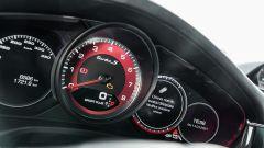 Porsche Taycan Turbo S vs Panamera Turbo S: il quadro strumenti della Panamera con il contagiri analogico