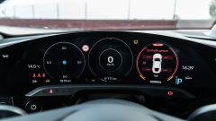 Porsche Taycan Turbo S vs Panamera Turbo S: il quadro strumenti digitale e concavo della Taycan