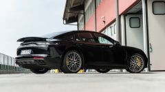Porsche Taycan Turbo S vs Panamera Turbo S: la Panamera con l'ala posteriore sollevata