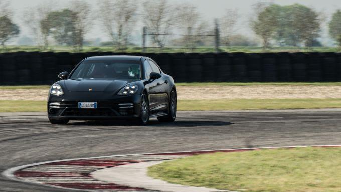 Porsche Taycan Turbo S vs Panamera Turbo S: la Panamera si inserisce in sovrasterzo