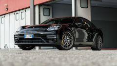 Porsche Taycan Turbo S vs Panamera Turbo S: la Panamera Turbo S vista di 3/4 anteriore