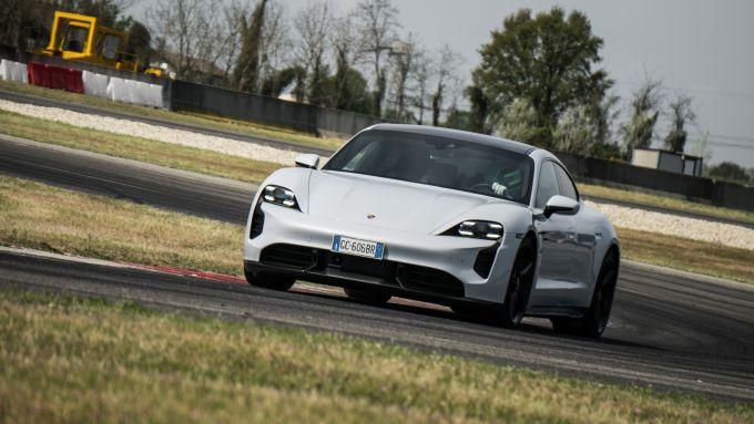 Porsche Taycan Turbo S vs Panamera Turbo S: la Taycan è molto impegnativa se portata al limite