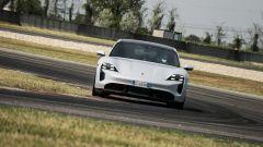 Porsche Taycan Turbo S vs Panamera Turbo S: la taycan in pista