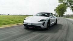 Porsche Taycan Turbo S vs Panamera Turbo S: la Taycan su strada
