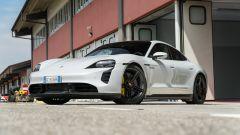 Porsche Taycan Turbo S vs Panamera Turbo S: l'elettrica ai box del circuito Tazio Nuvolari
