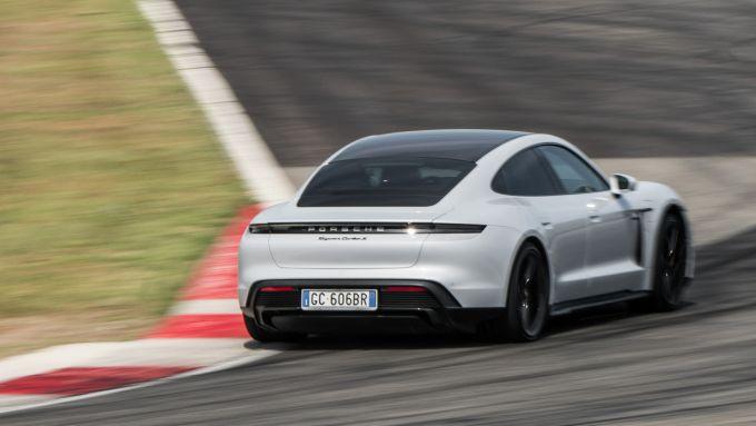 Porsche Taycan Turbo S vs Panamera Turbo S: l'elettrica Taycan maltratta i cordoli della pista