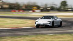 Porsche Taycan Turbo S vs Panamera Turbo S: prestazione straordinaria in pista per la Taycan elettrica