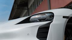 Porsche Taycan Turbo S vs Panamera Turbo S: un dettaglio dei fari Full LED della Taycan